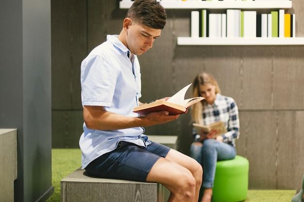 Livro de leitura de meninos na biblioteca moderna