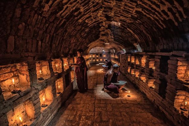 Livro de leitura de monge noviço, no mosteiro, bagan, myanmar
