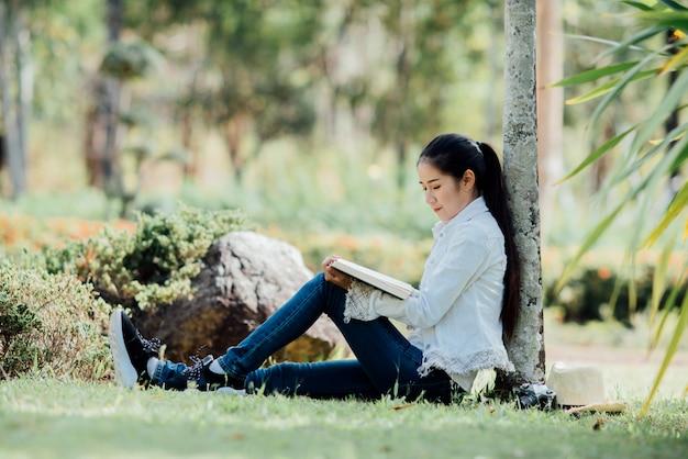 Livro de leitura de mulher bonita