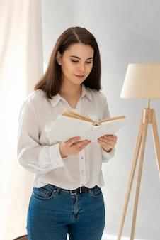 Livro de leitura de mulher em retrato