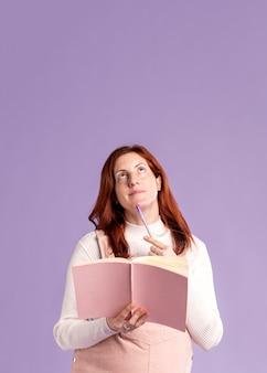 Livro de leitura de mulher grávida cópia-espaço