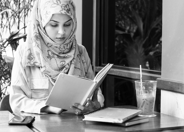 Livro de leitura de mulher islâmica