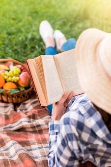 Livro de leitura de mulher no piquenique