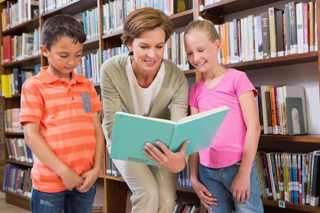 Livro de leitura de professores com alunos na biblioteca