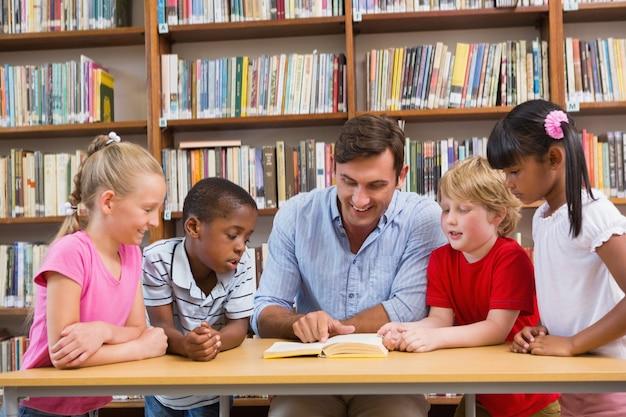Livro de leitura de professores para alunos na biblioteca