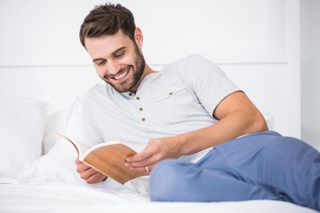 Livro de leitura do homem na cama
