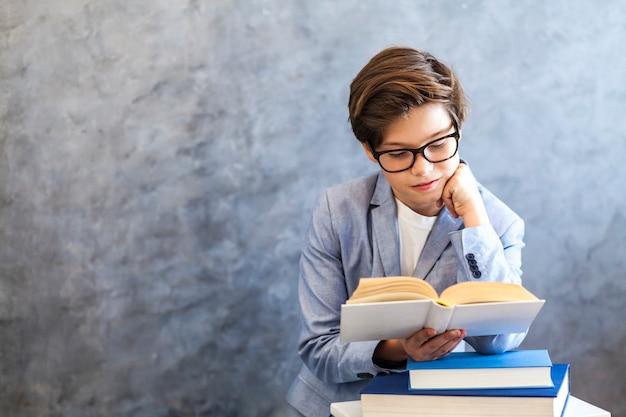 Livro de leitura do menino adolescente