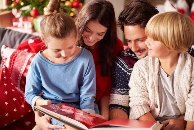 Livro de leitura familiar no natal