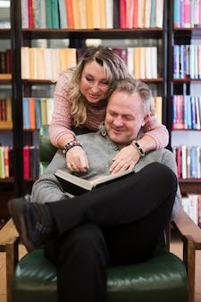 Livro de leitura feliz casal sênior junto