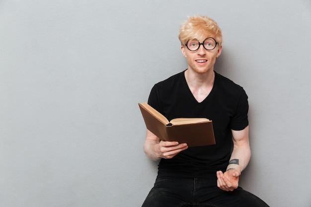 Livro de leitura feliz homem caucasiano.