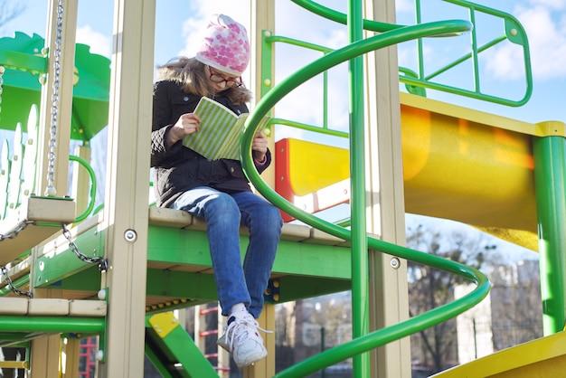 Livro de leitura infantil inteligente, na área de recreação