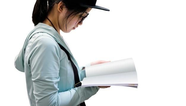 Livro de leitura jovem isolado no fundo branco