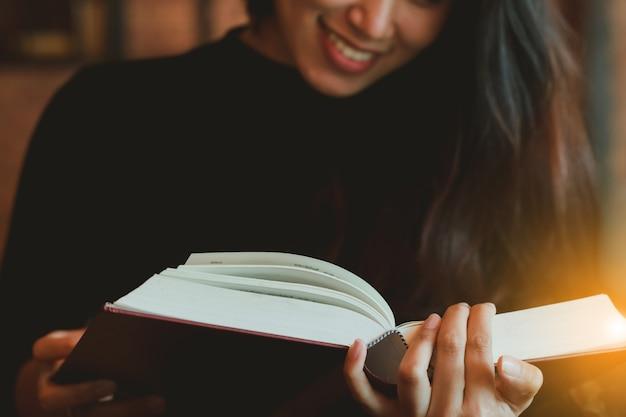 Livro de leitura linda menina asiática