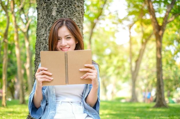Livro de leitura linda mulher asiática