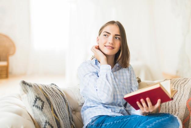Livro de leitura linda mulher elegante