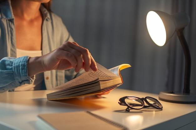 Livro de leitura noturna em casa