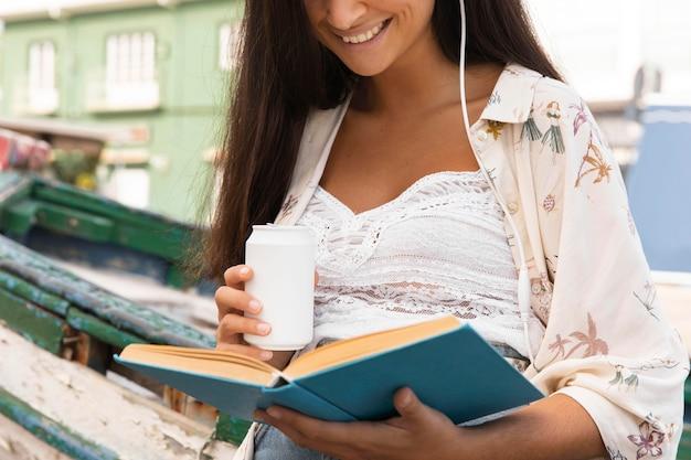 Livro de leitura sorridente de close-up