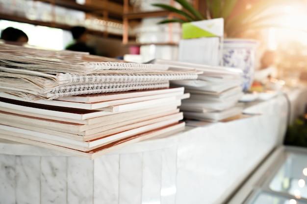 Livro de menu empilhado na mesa no restaurante