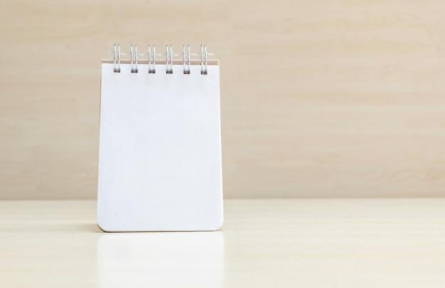 Livro de nota closeup com espaço em branco na página na mesa