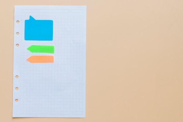 Livro de nota e papel de nota em um fundo crescido