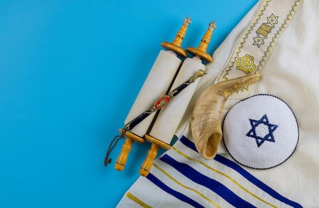 Livro de orações judaico com rolo de torá e chifre de shofar, xale de oração talit