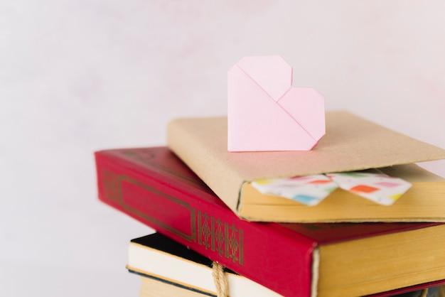 Livro de pilha com coração de origami