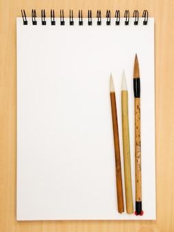 Livro de pintura com pincéis chineses