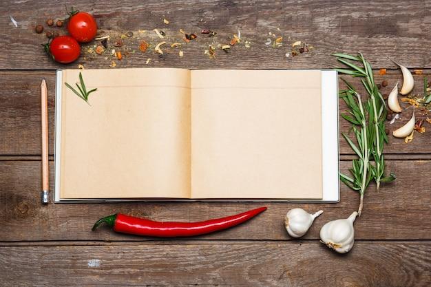 Livro de receitas em branco aberto no fundo de madeira marrom