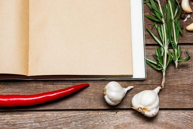 Livro de receitas em branco aberto no marrom de madeira