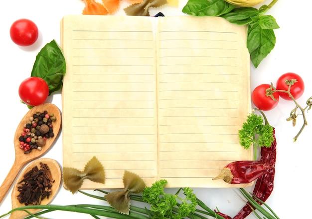 Livro de receitas, vegetais e especiarias, isolado no branco