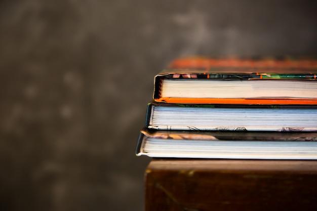 Livro de revistas empilhadas na mesa