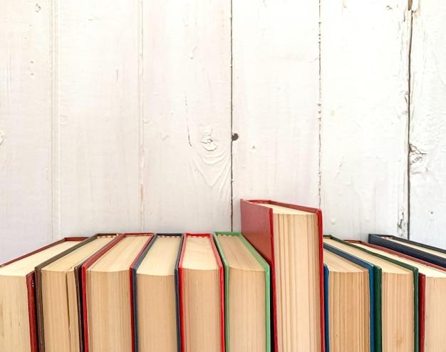 Livro de romance vermelho se estende