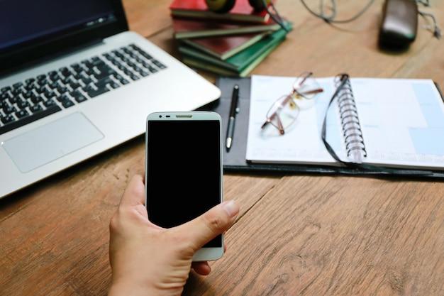 Livro de telefone de laptop na mesa de madeira