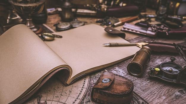 Livro diário e caneta quill