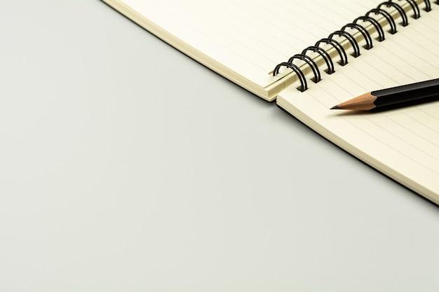Livro diário e um lápis