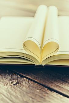 Livro dobrado com forma do coração