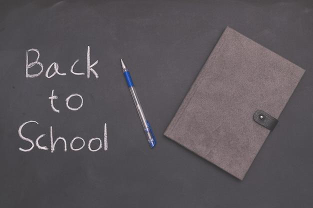 Livro e caneta de conceito de volta às aulas e educação