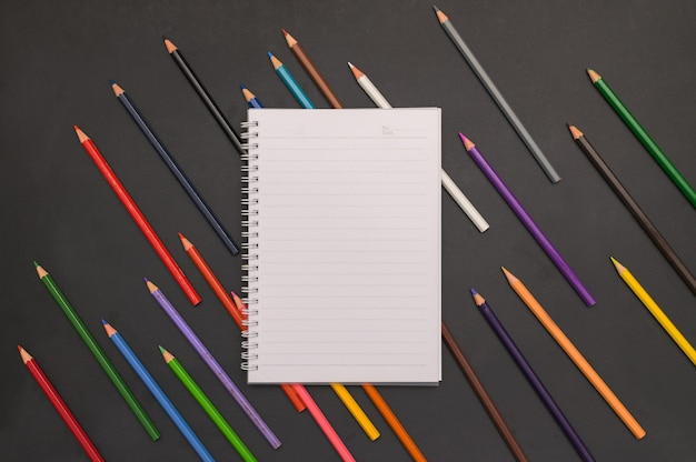 Livro e lápis de cor volta às aulas e conceito de educação