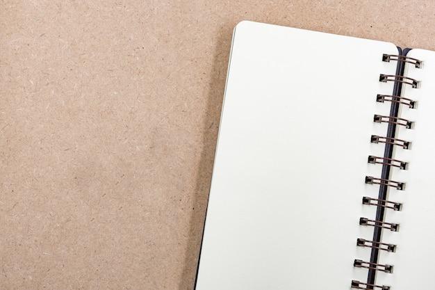 Livro e lápis de vista superior, plano de fundo no papel do conceito de mesa de escritório