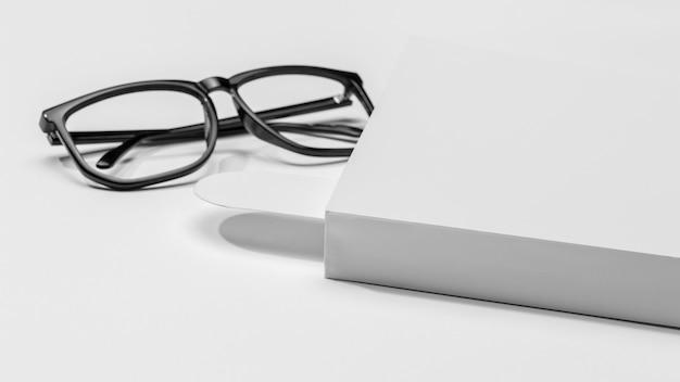 Livro e marcador com óculos de leitura vista frontal