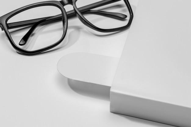 Livro e marcador com óculos de leitura