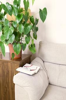 Livro e óculos na parte superior do braço de um sofá