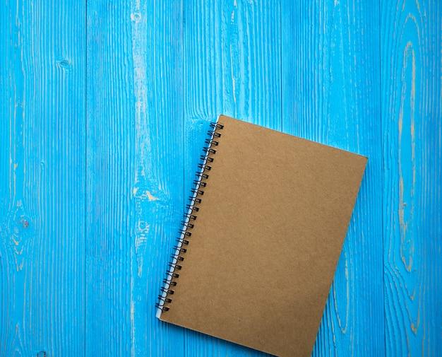 Livro em branco aberto em fundo de madeira
