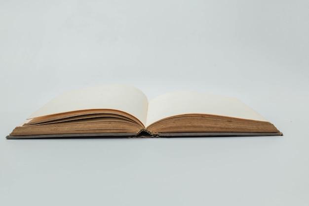Livro em branco aberto