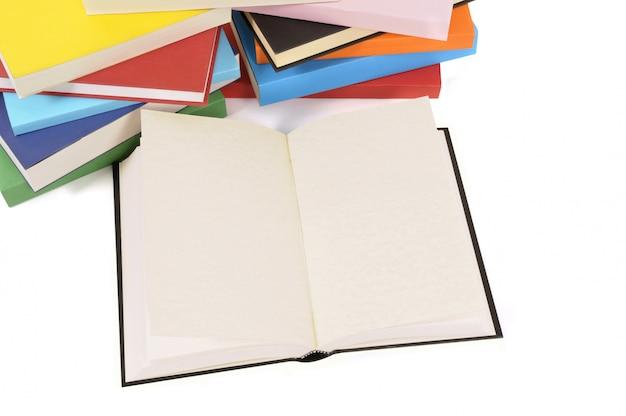 Livro em branco com coleção de livros coloridos