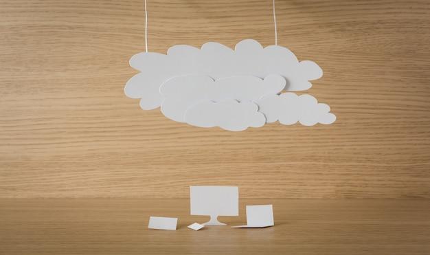 Livro em branco com uma lâmpada acesa no topo