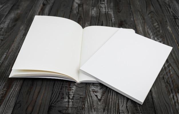Livro em branco em uma mesa de madeira