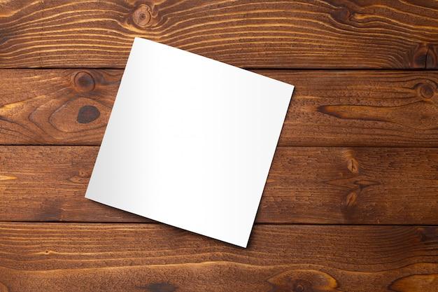 Livro em branco ou capa de revista em fundo madeira