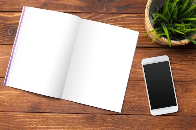 Livro em branco ou capa de revista em madeira