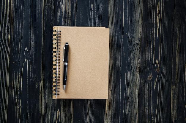 Livro em branco sobre fundo de madeira